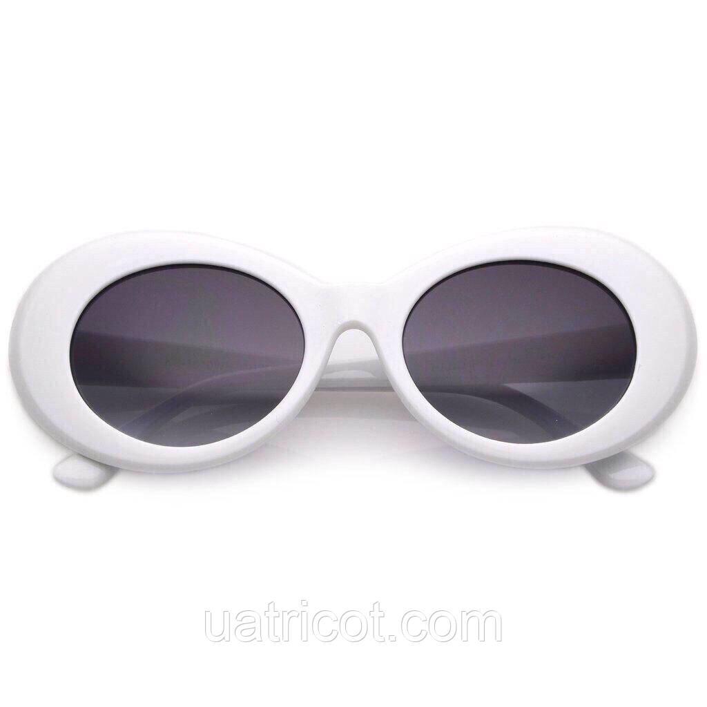 Овальные солнцезащитные очки с тёмной линзой