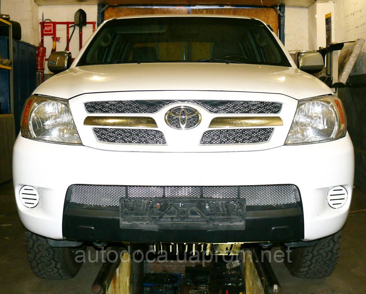 Декоративно-захисна сітка радіатора Toyota Hilux 2006 - фальшрадіаторная решітка, бампер
