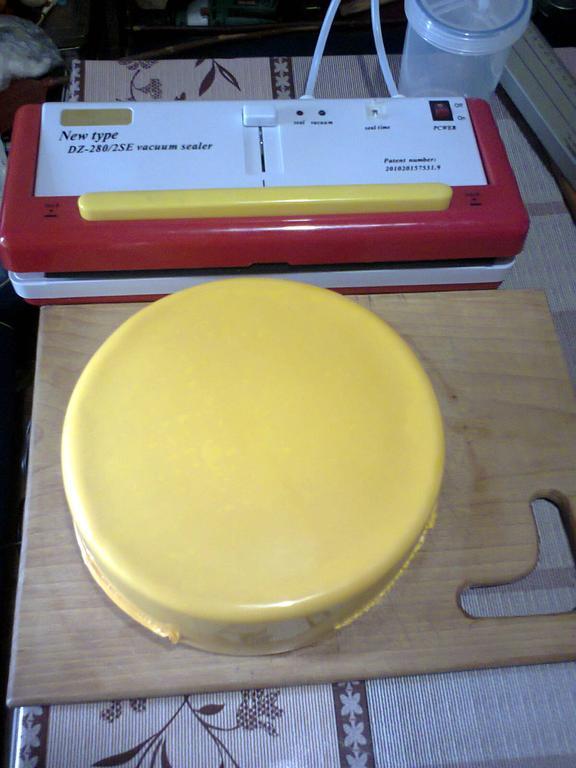 Сыр в завакуумированном пакете для вызревания- идеально обтянут и в этом случае снижается вероятность роста плесени под пакетом.