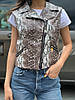 Жіноча стильна жилетка безрукавка косуха з штучної шкіри на блискавці з тваринами принтами, норма і батал, фото 8