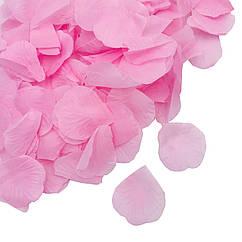 Пелюстки троянд ніжно-рожеві