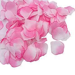 Лепестки роз бело-розовые