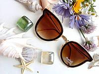 Женские солнцезащитные очки с коричневой оправой и золотыми дужками