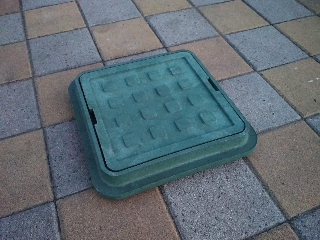 Люк канализационный полимерпесчаный садовый малый зеленый  300*300 (до 1т)
