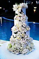 Свадебный торт с каскадом цветов