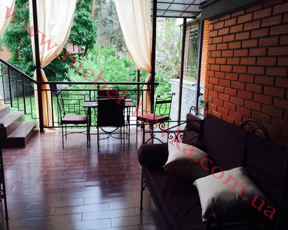 Кованые диваны со столом и стульями