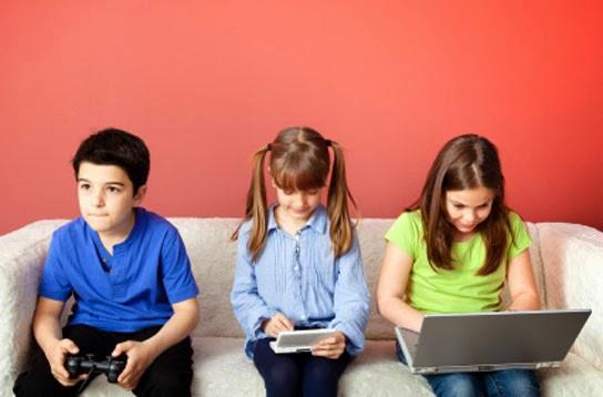 современные дети играют в электронные игры