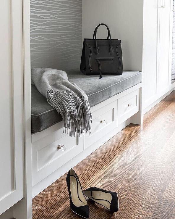 Шкаф в прихожую в стиле современная классика