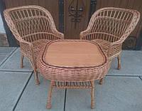 Кресла плетеные с журнальным столом из лозы.