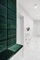 Шкаф в прихожую с зеленой стен панелью и сидушкой