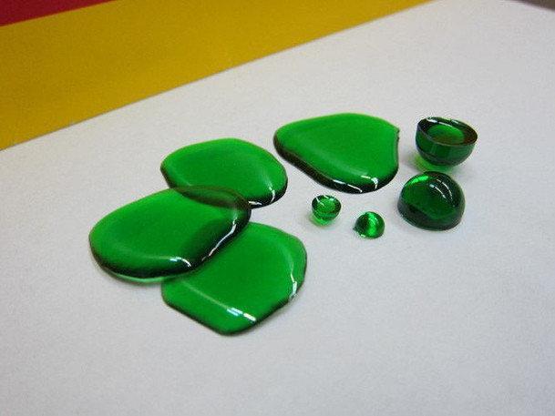 Фото капель смолы с зеленым красителем (эффект прозрачности)
