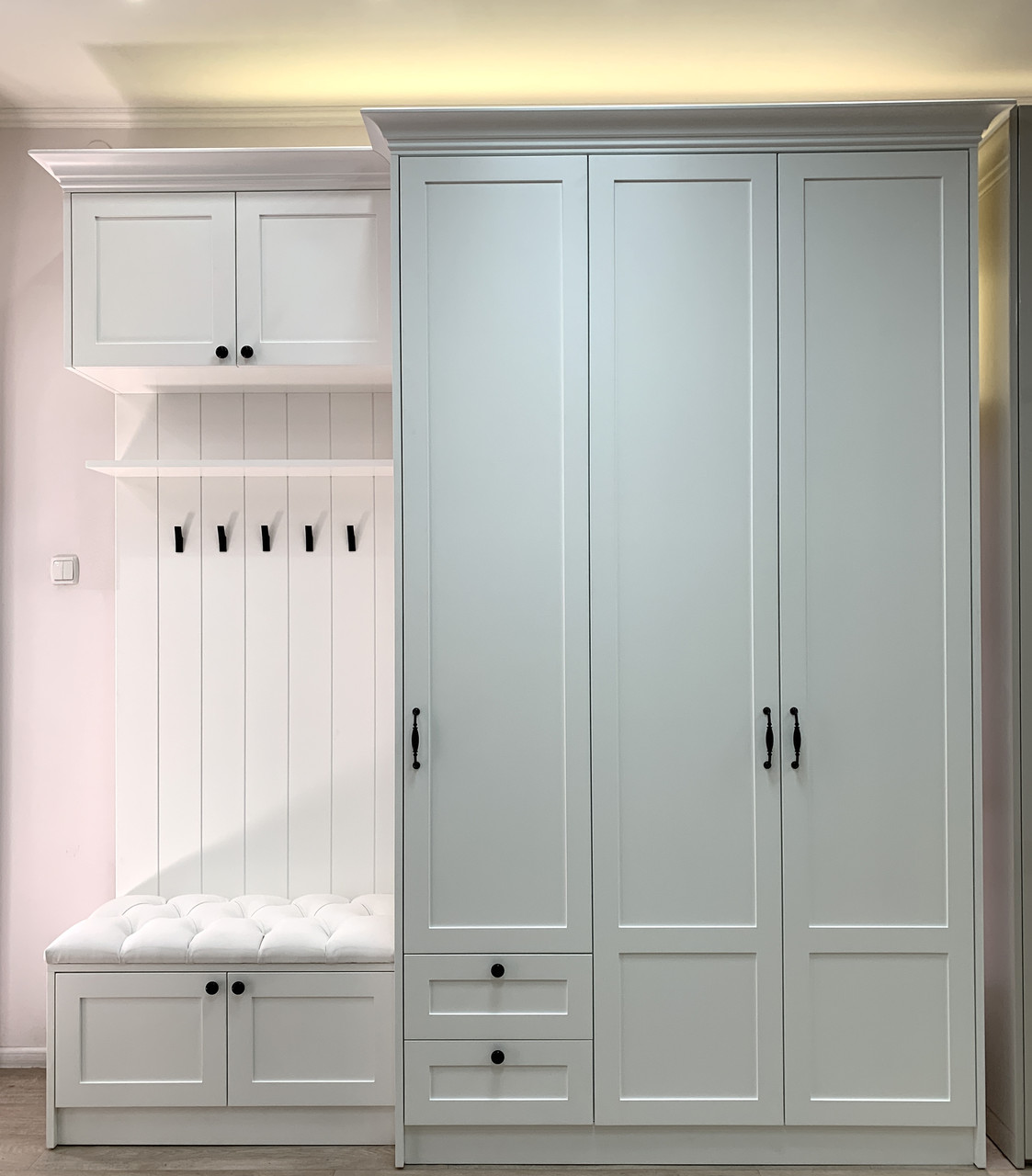 Прихожая белая с крючками и зеркалом внутри шкафа с мдф фасадами и карнизом