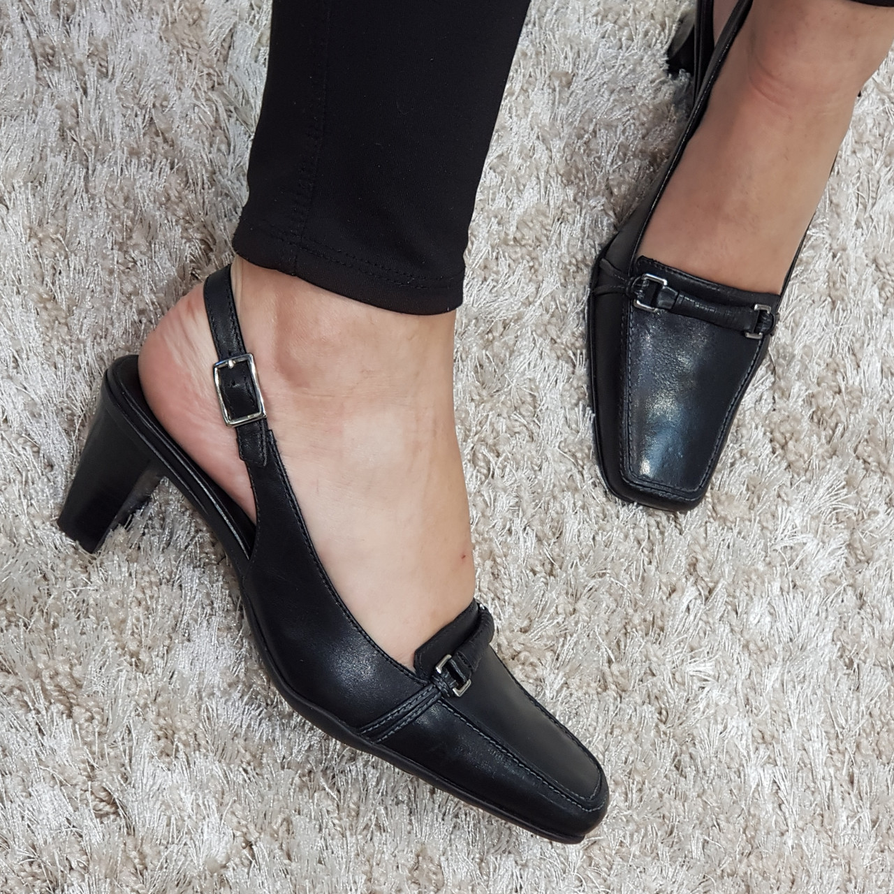 Босоножки женские с закрытым носком из натуральной кожи на среднем конусовидном каблуке черные