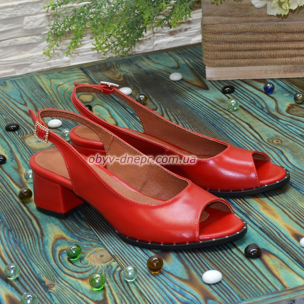Босоножки кожаные красные на невысоком устойчивом каблуке