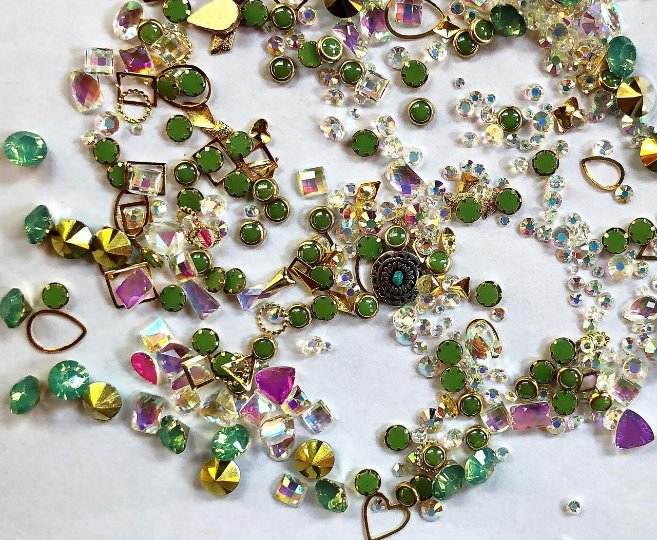 Стрази Swarovski мікс різні розміри і форми + формочки різних форм (1400 шт) АВ , зелені і лілові.