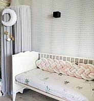 Бортик - коса в детскую кроватку в четыре двойные пряди.