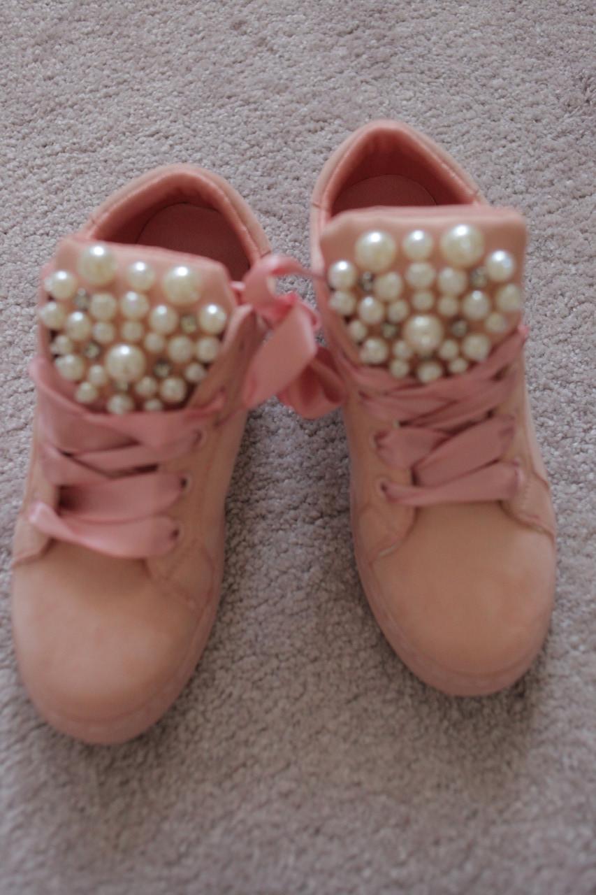 Женские кроссовки розовые замшевые с брошью из жемчуга на язычке атласные ленты 38-39
