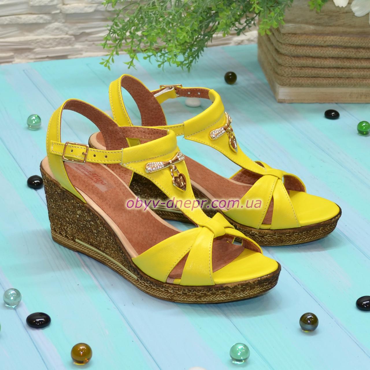 Женские кожаные босоножки на невысокой платформе, цвет желтый