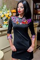 Платье прилегающее однотонное с цветным воротником перфорацией и манжетами. Потайные карманы спереди.