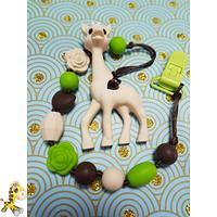 Держатель для грызунка или соски из пищевого силикона с подвеской Жираф, ассорти цветов
