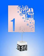 Номерок на свадебный стол с высечкой пары голубей на клетке в лиловых тонах