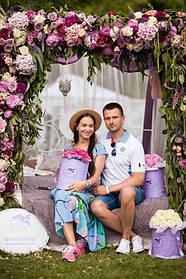 Парень и девушка  примеряют на себя образ жениха и невесты