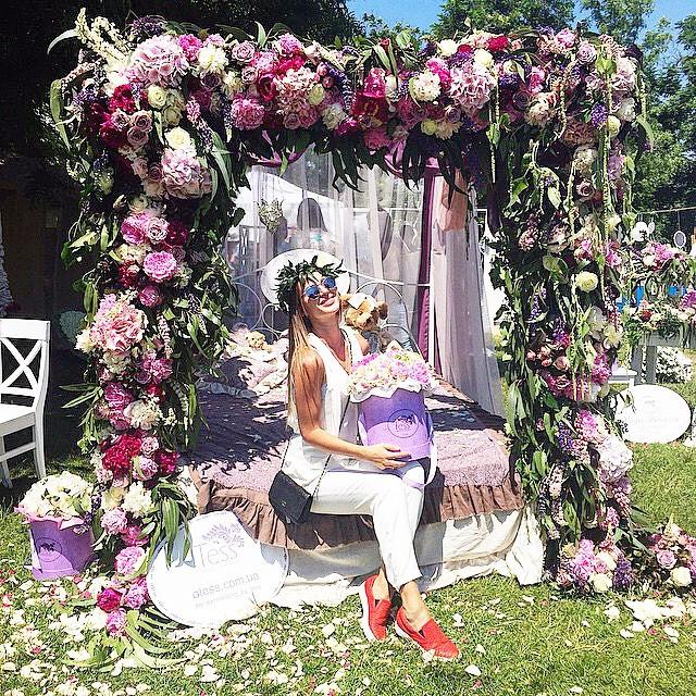 Кованая кровать с балдахином для  Дома цветочной моды  Теss в Одессе