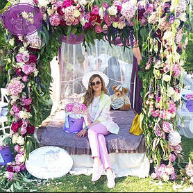 Вид такой цветочной феерии не может оставить равнодушным ни одну из девушек,тем более будущую невесту .