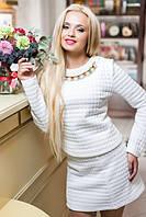 Джемпер-толстовка и короткая юбка. Декорировано ожерельем из исскуственного жемчуга и стразов Сваровски