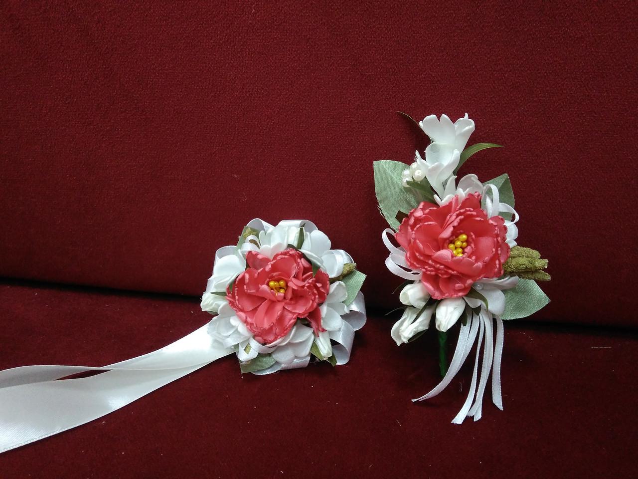 Свадебные бутоньерки для свидетелей (бутоньерка и цветочный браслет) из пиона коралловые с молочным
