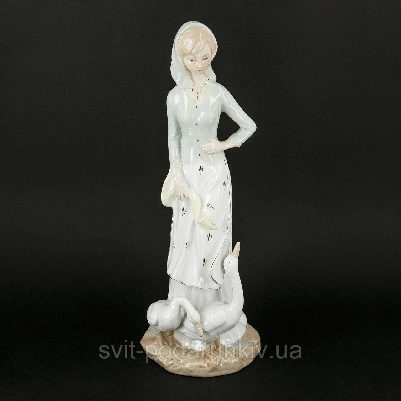 Статуэтка девочка с гусями в платочке 35 см S0006