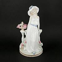 Статуэтка из фарфора девушка на лавочке с розами S0008