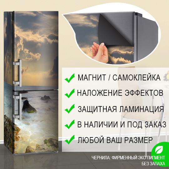 Магнитная наклейка на холодильник Грозовое небо над морскими камнями, виниловый магнит, 600*1800 мм, Лицевая