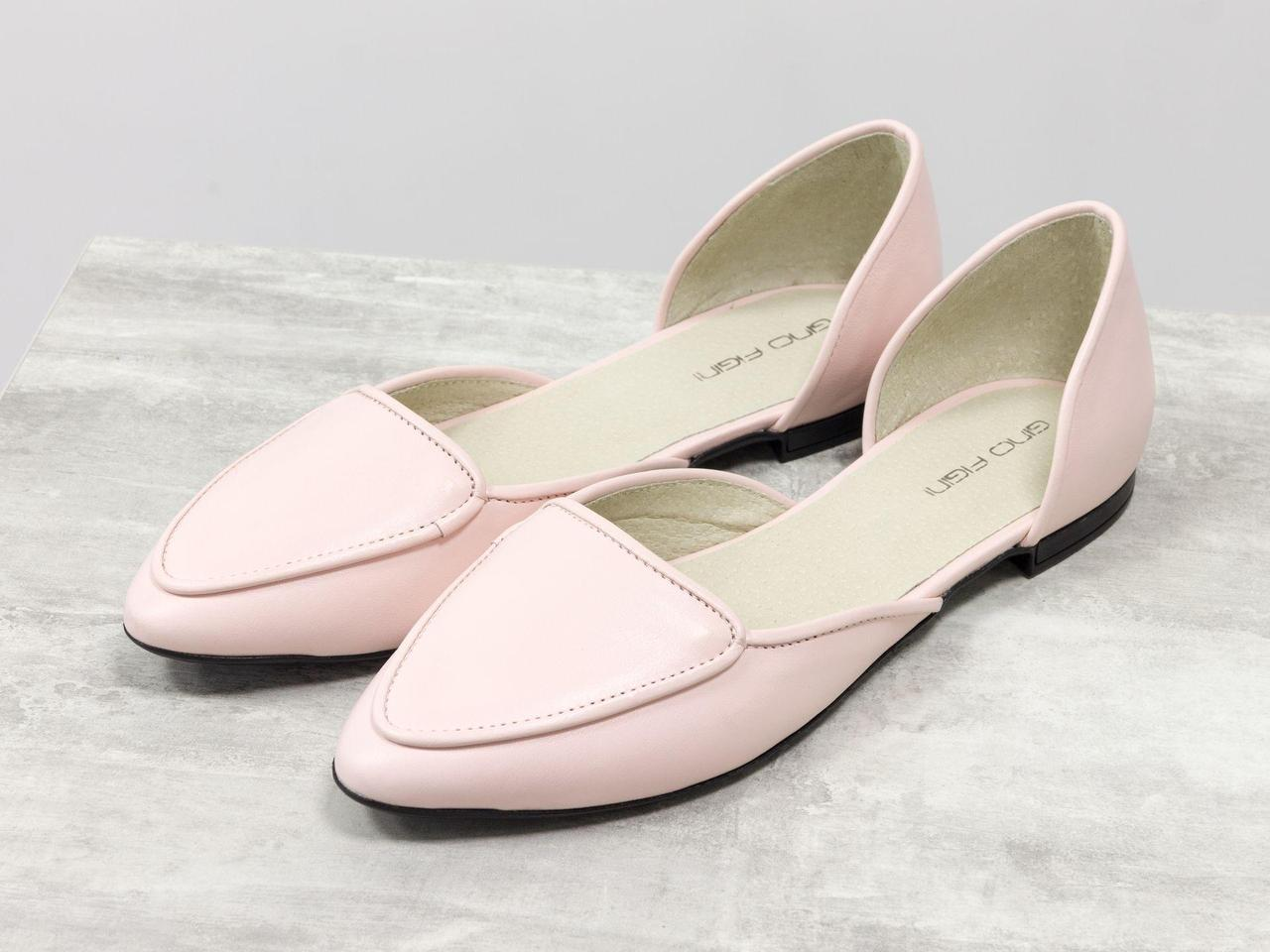 Облегченные туфли-лодочки с удлиненным носиком на низком ходу нежного светло-розового цвета кожи
