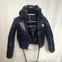 Короткая дутая синяя куртка из лаковой плащевки с капюшоном, размеры 42 - 48