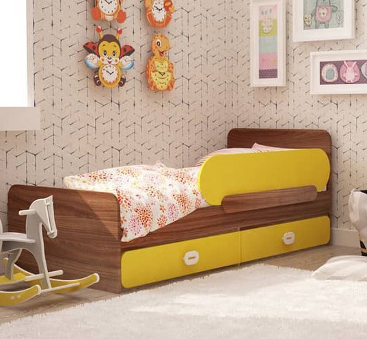 """На фото: детская кроватка с ящиками и защитным бортиком """"Немо"""""""