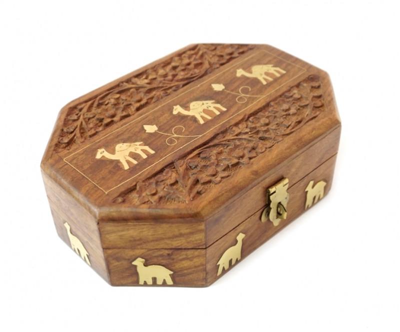 9160169 Шкатулка из красного дерева восьмигранная Верблюды