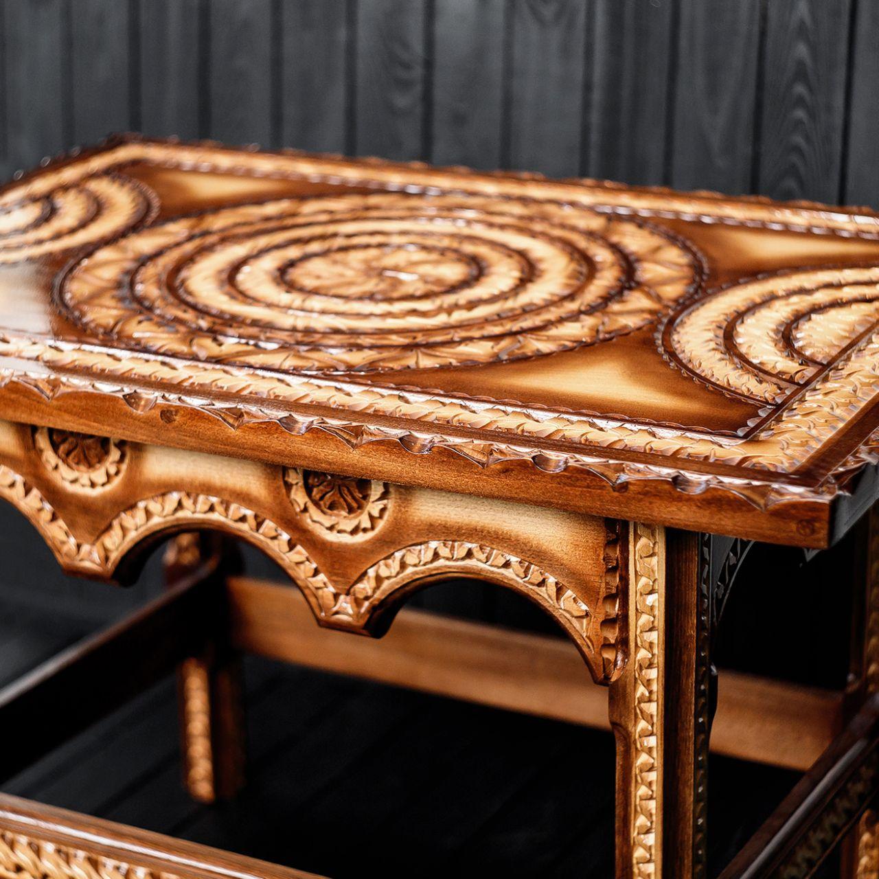 Стол журнальный, оформлен исключительно  ручной резьбой
