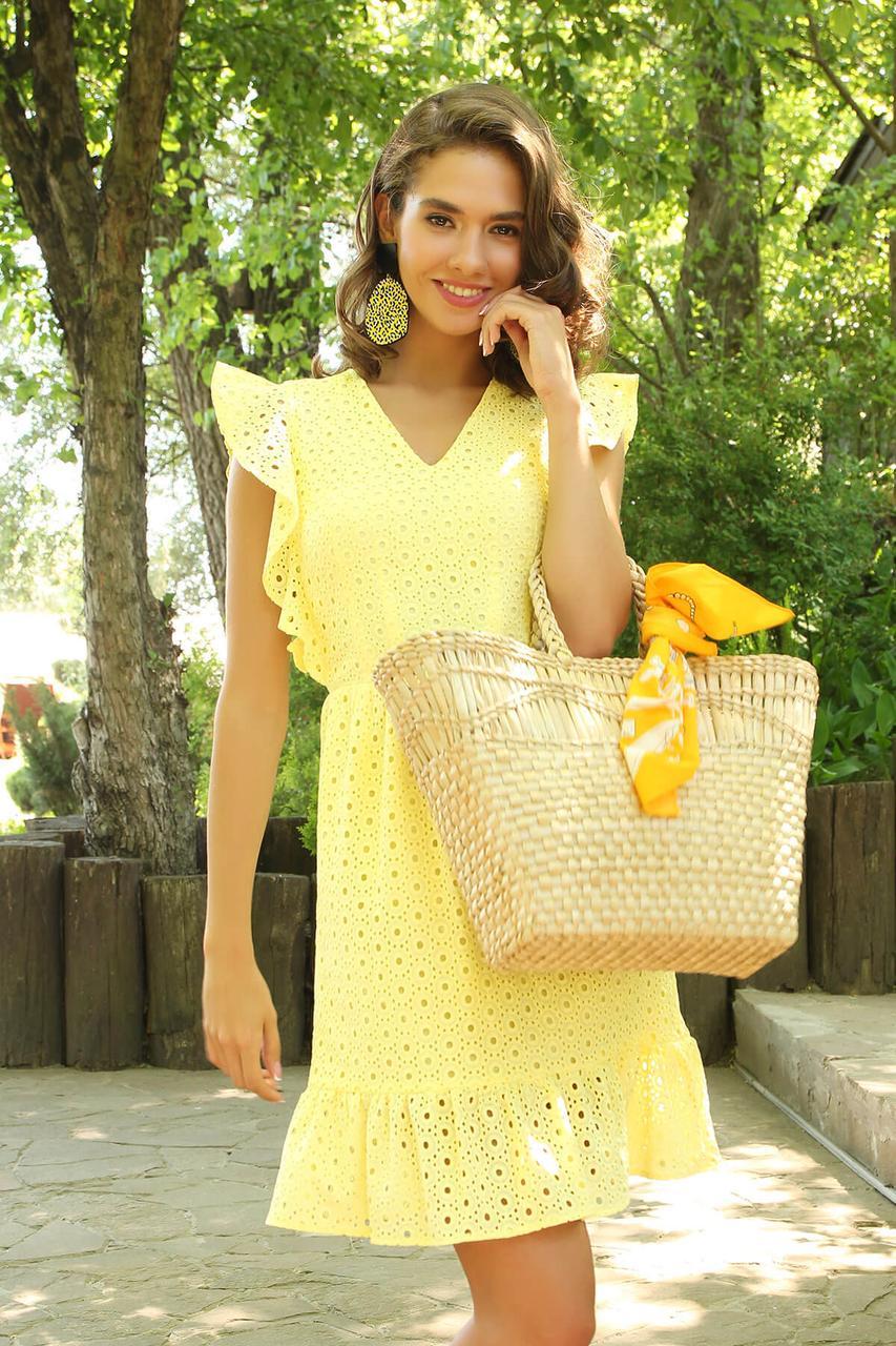 Летнее желтое платье из прошвы с рюшами