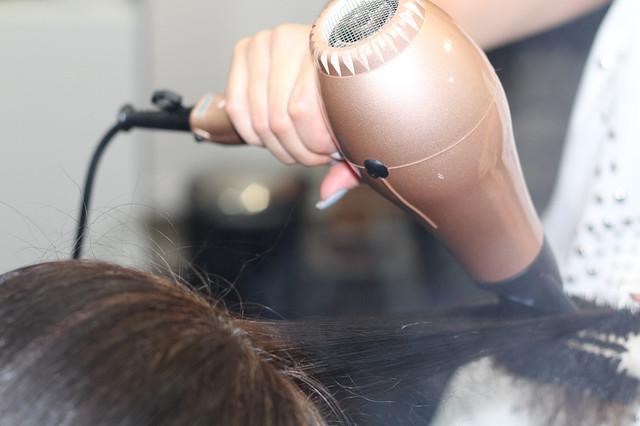 фото процесса сушки волос