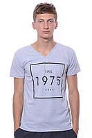 Классная серая футболка для мужчин с модным принтом и V - образным вырезом. Бренд V&A.