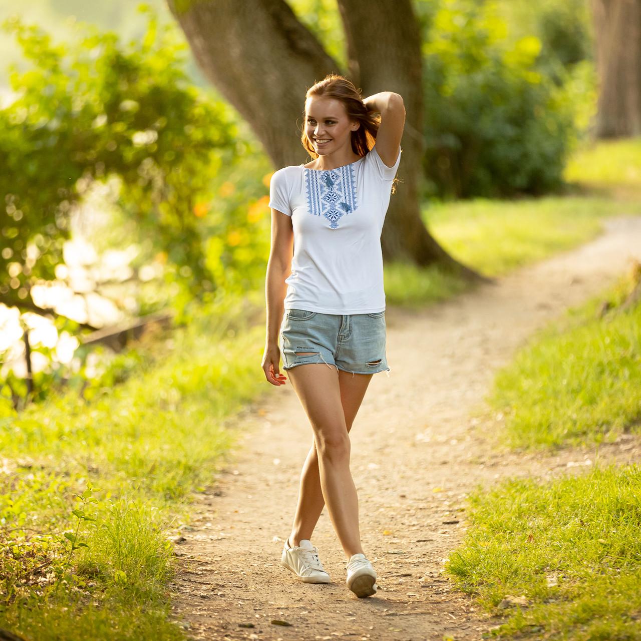 Біла футболка з вишивкою Геометрія синя