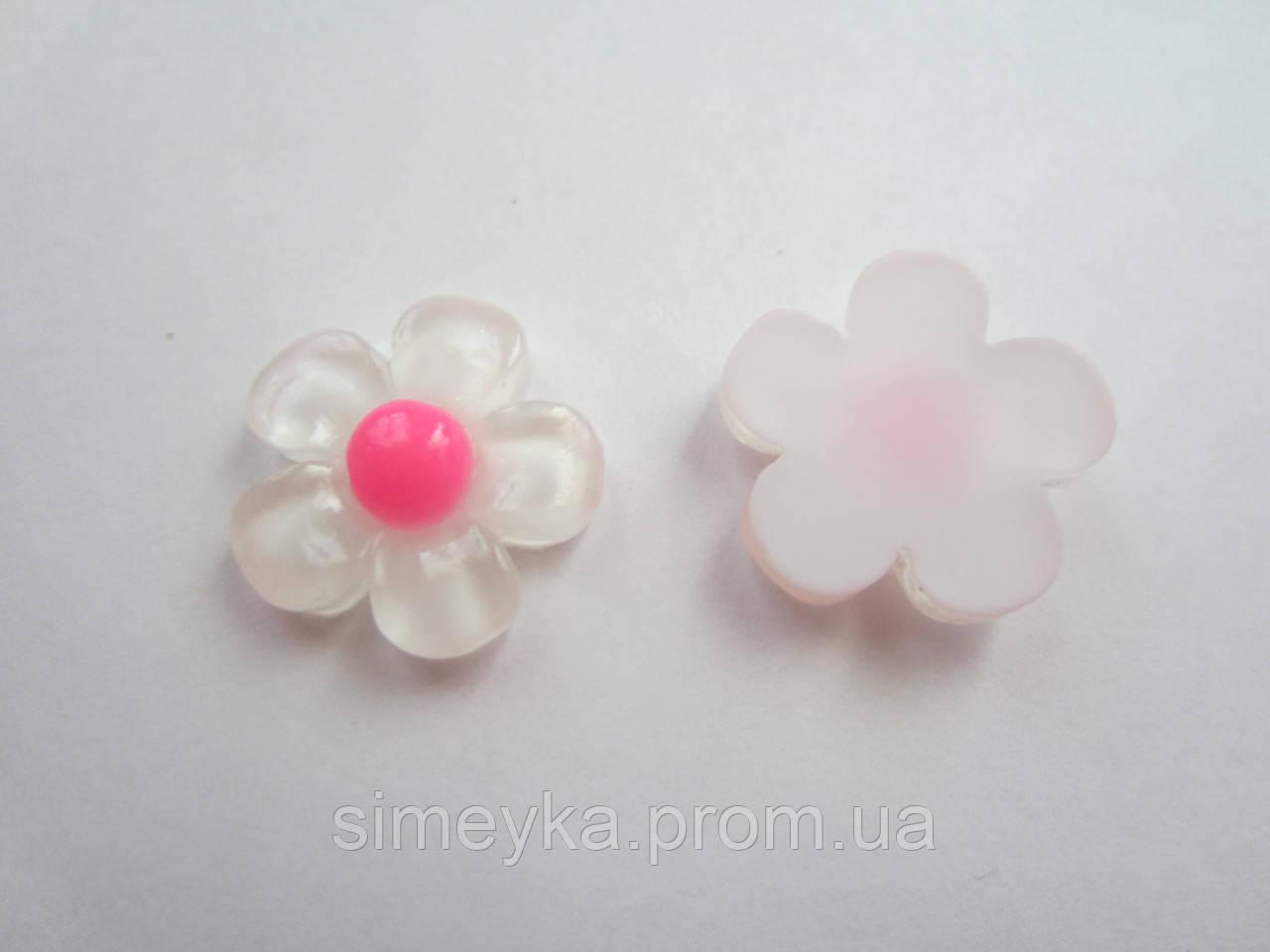 Серединка цветочек белый, диаметр 1,8 см.
