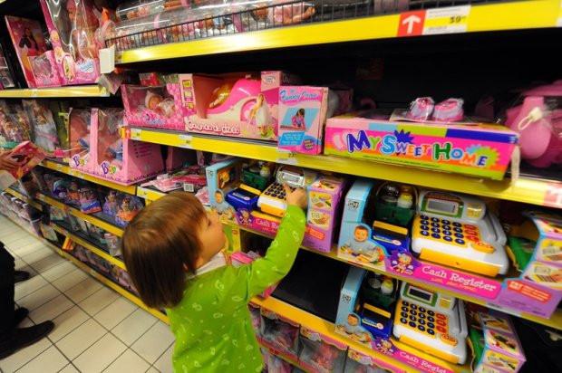 ребёнок от года выбирает себе игрушку