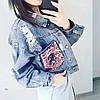 Женская джинсовая куртка Simplee с розовыми пайетками на карманах синяя