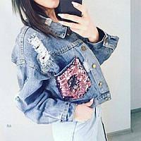Женская джинсовая куртка Simplee с розовыми пайетками на карманах синяя, фото 1