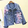 Женская джинсовая куртка Simplee с розовой цветочной аппликацией и жемчугом голубая