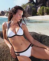 Яркий купальник с контрастными шлейками белый