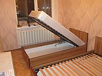 Механизм подъема каркаса односпальной кровати на пружинах