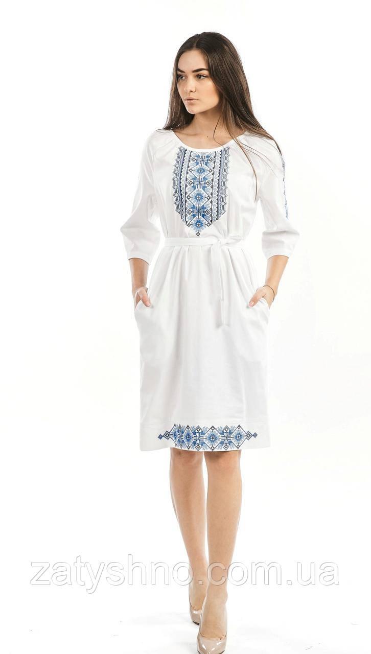 Платье белое с голубой вышивкой с поясом